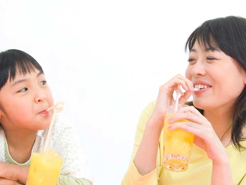 ドリンクを飲んでいる親子