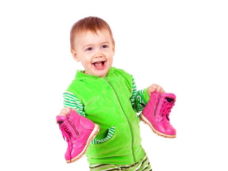 靴を持っている赤ちゃん