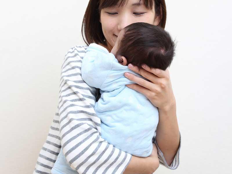 赤ちゃんを縦抱っこしているお母さん