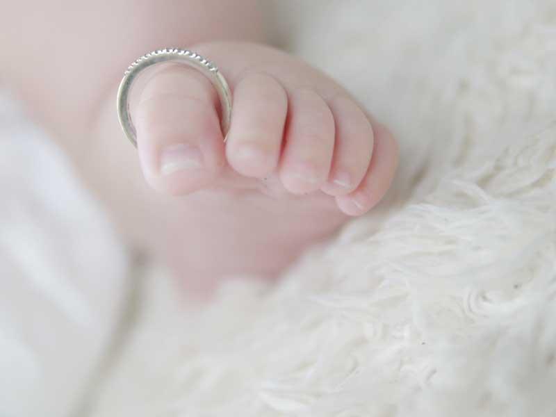 ベビーリングをつけている赤ちゃんの足