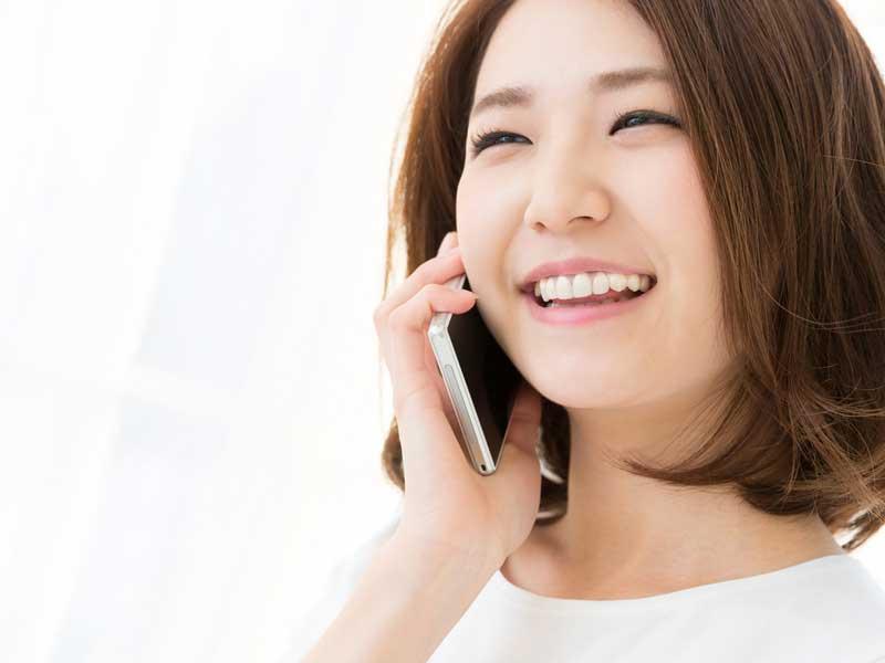 電話で連絡する主婦