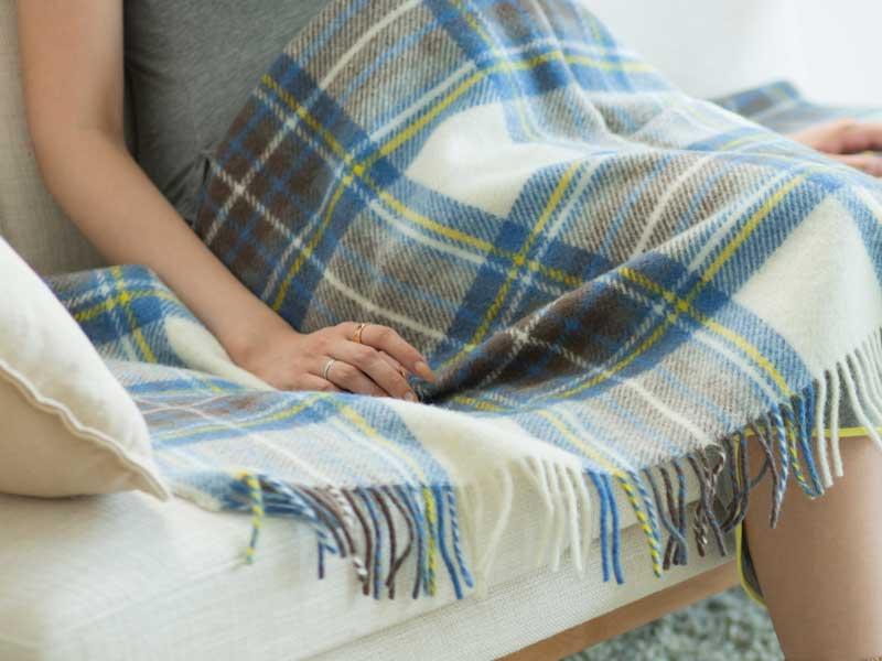 ソファに座っている妊婦さん