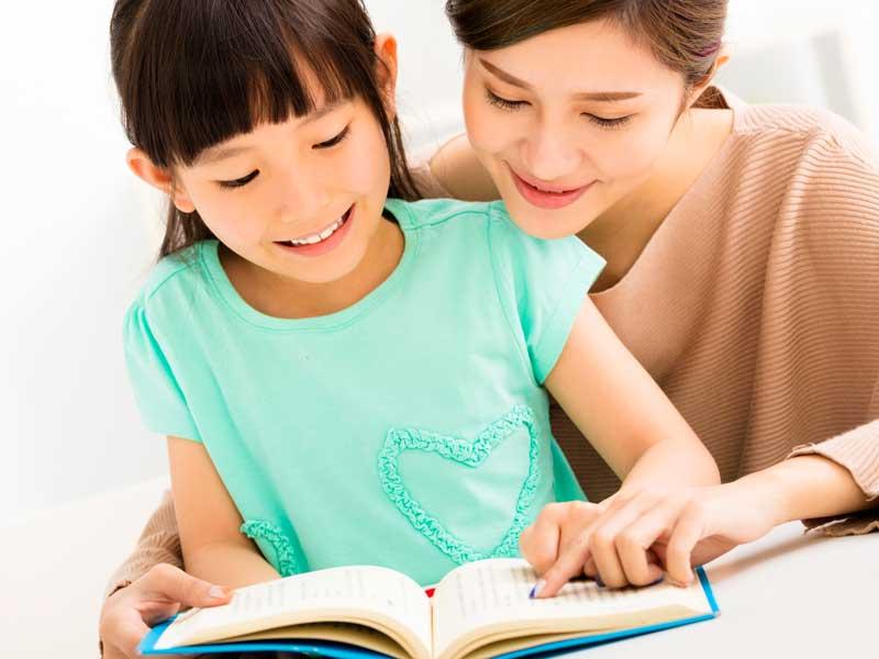 子供の書けない漢字をチェックするママ