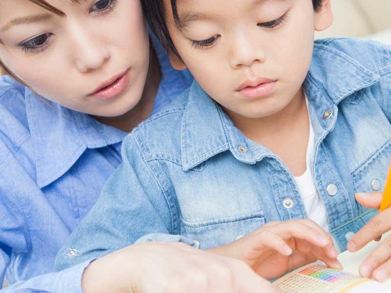 一緒に漢字勉強をしている親子