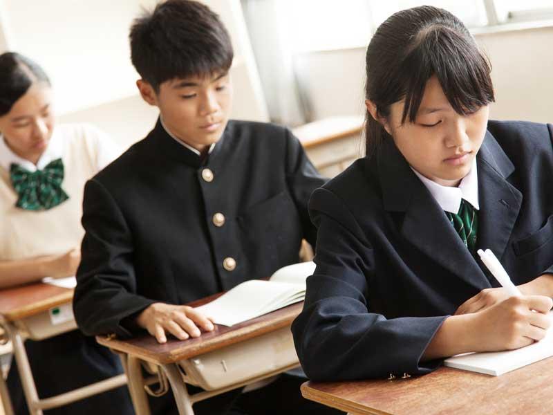 勉強をしている学生達