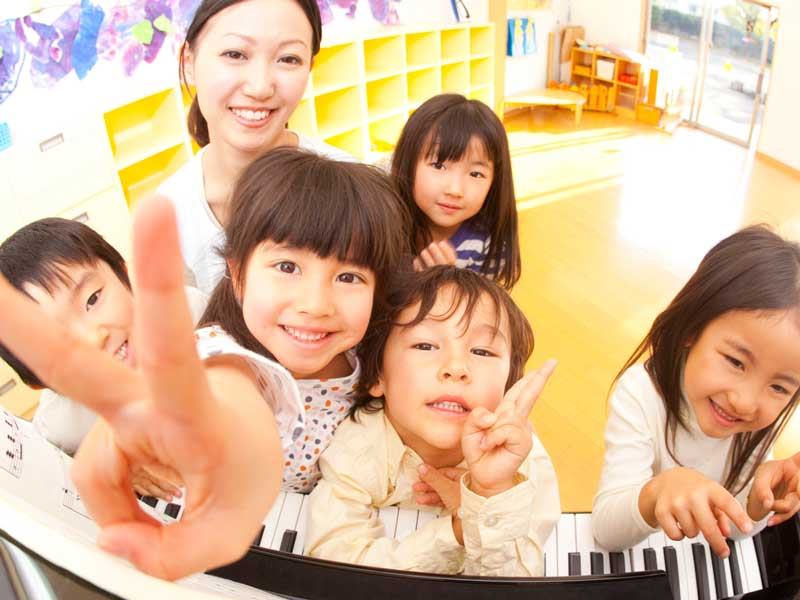 保育園の先生と子供達