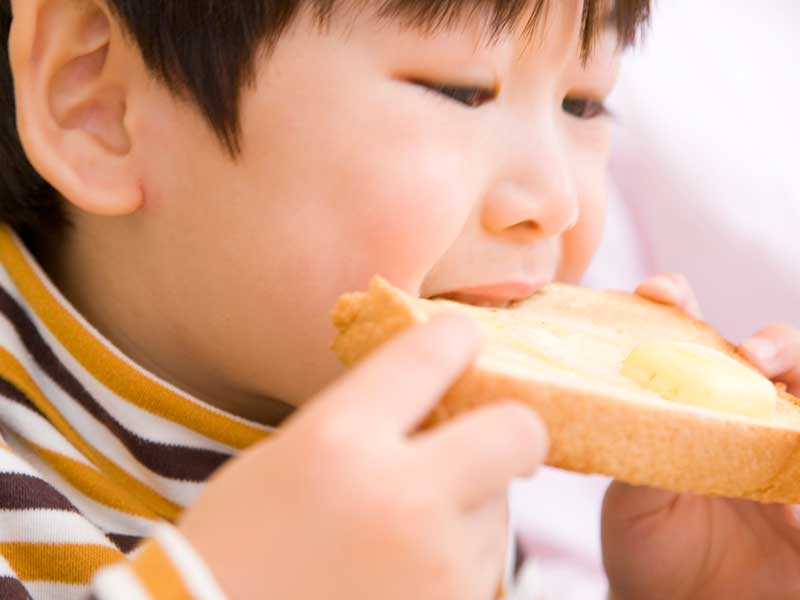 食パンを食べる男の子