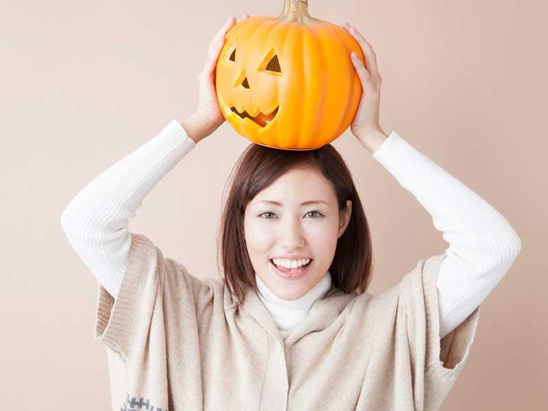 笑顔でハロウィンを過ごすお母さん