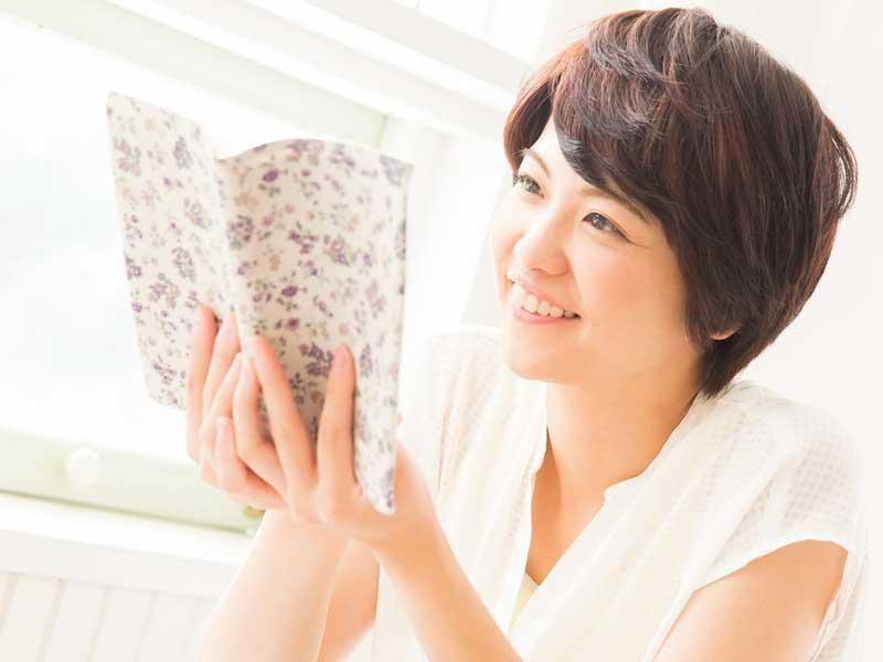読書でストレスを発散する妊婦さん