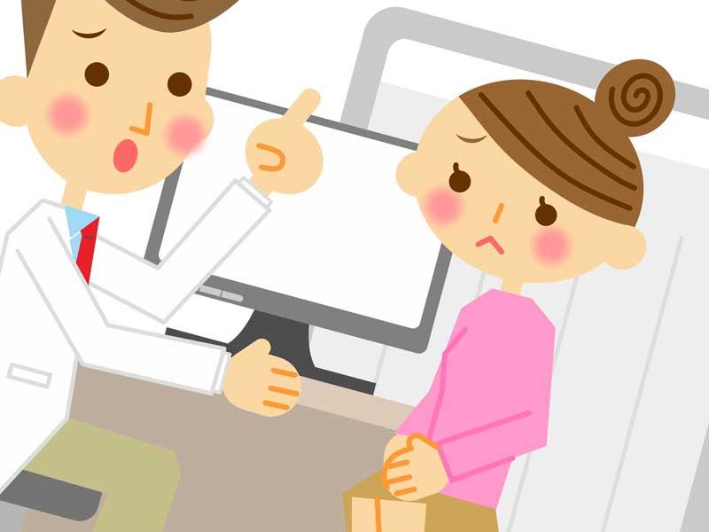 病院で医者に相談している主婦のイラスト