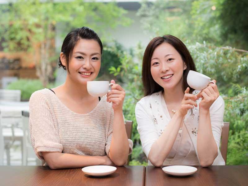 お茶を飲んでいる女性達