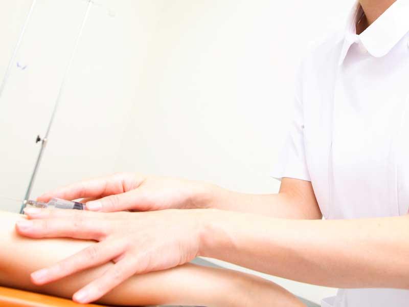 妊婦さんに注射をしている看護婦さん