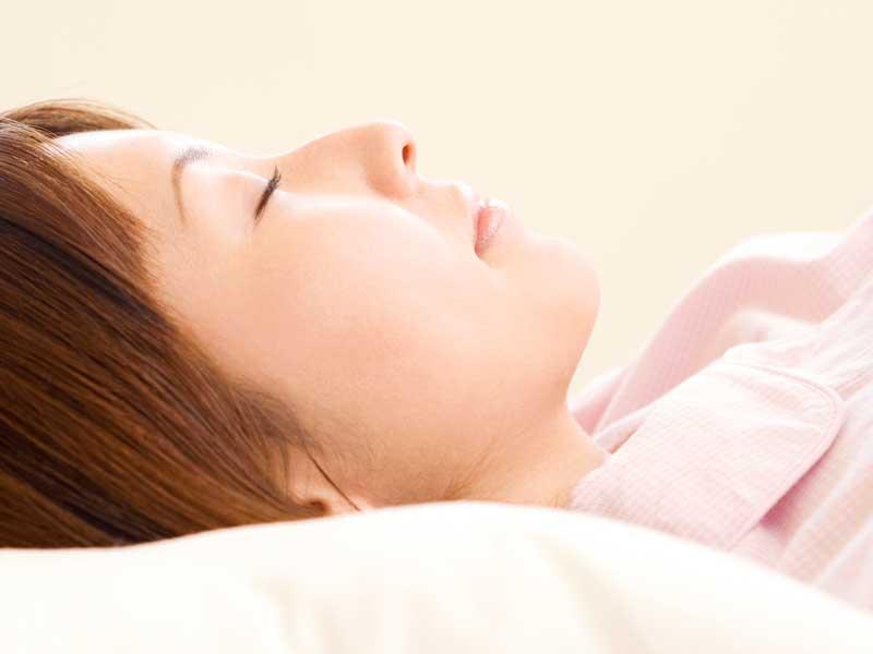 仰向きで寝ている妊婦さん