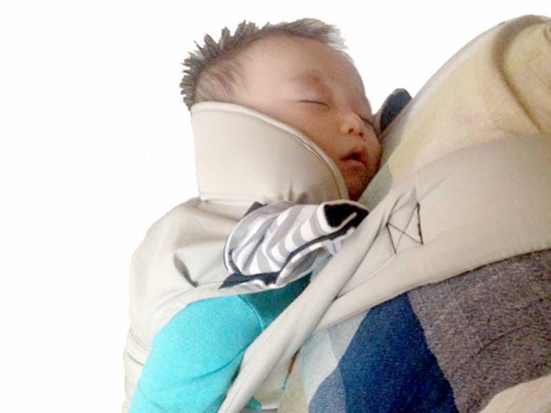 おんぶされながら寝ている赤ちゃん