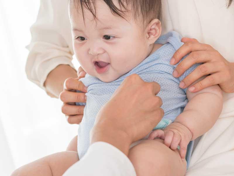 三ヶ月健診を受けている赤ちゃん