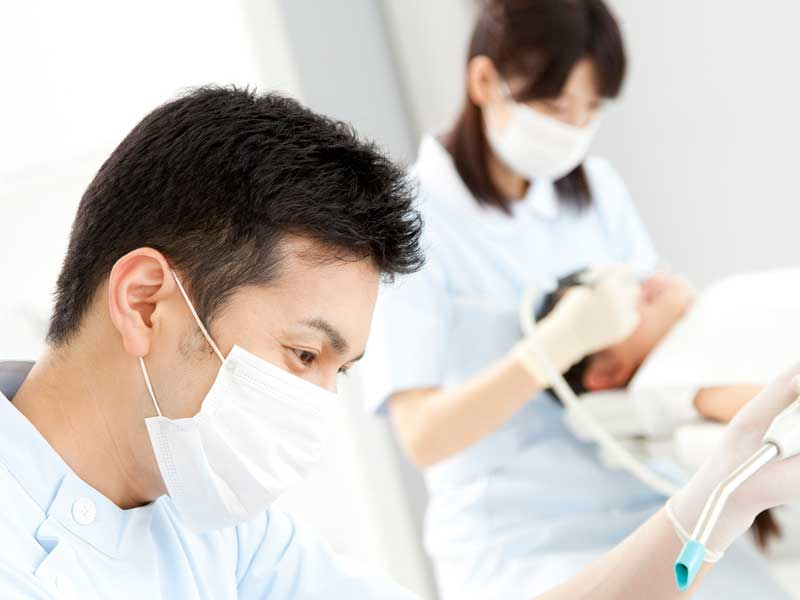 仕事中の歯医者さん