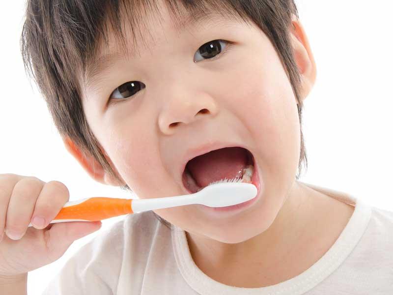 歯磨きをしている子供