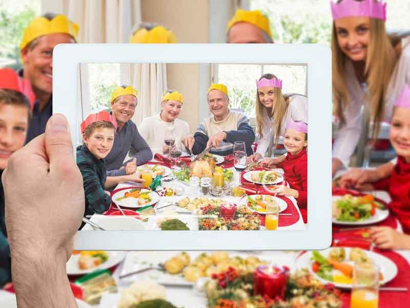 ホームパーティーをしている家族
