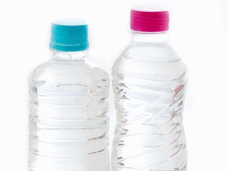 水が入っているペットボトル
