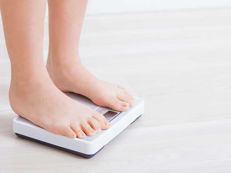 体重を量る妊婦さん