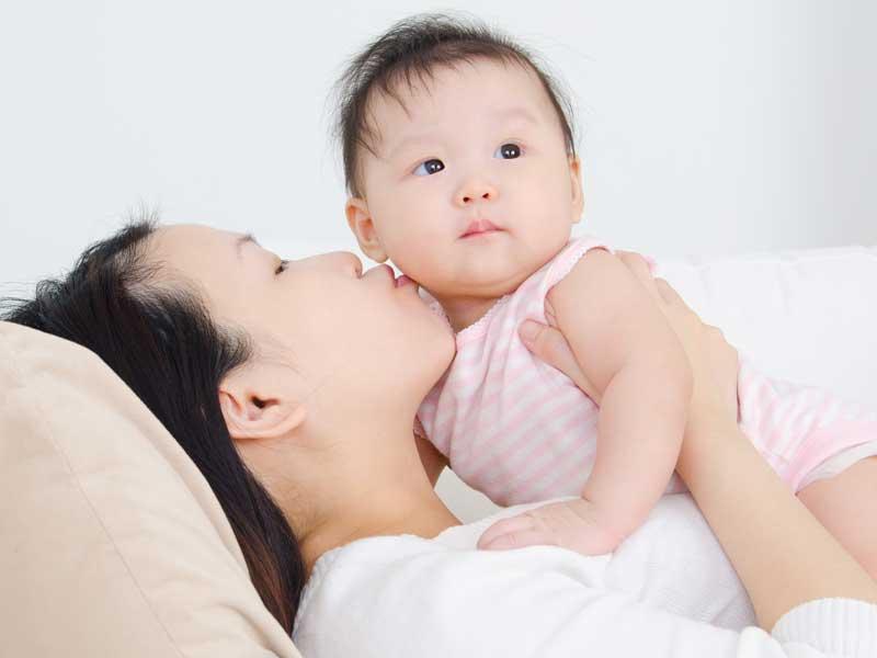 赤ちゃんを抱っこする若いママ