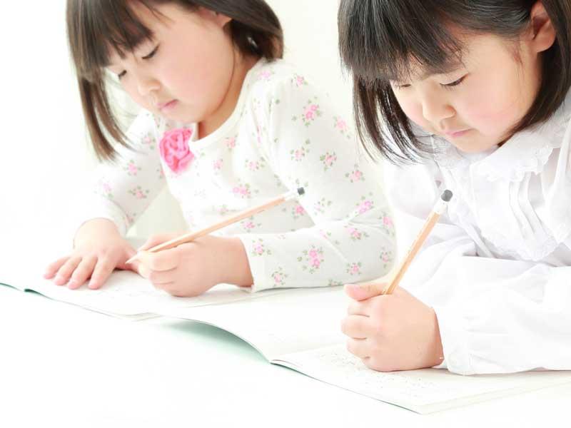 小学校の受験を受ける子供達