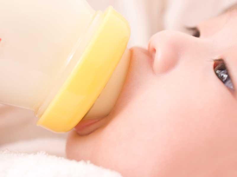 ミルクを飲んでいる赤ちゃん