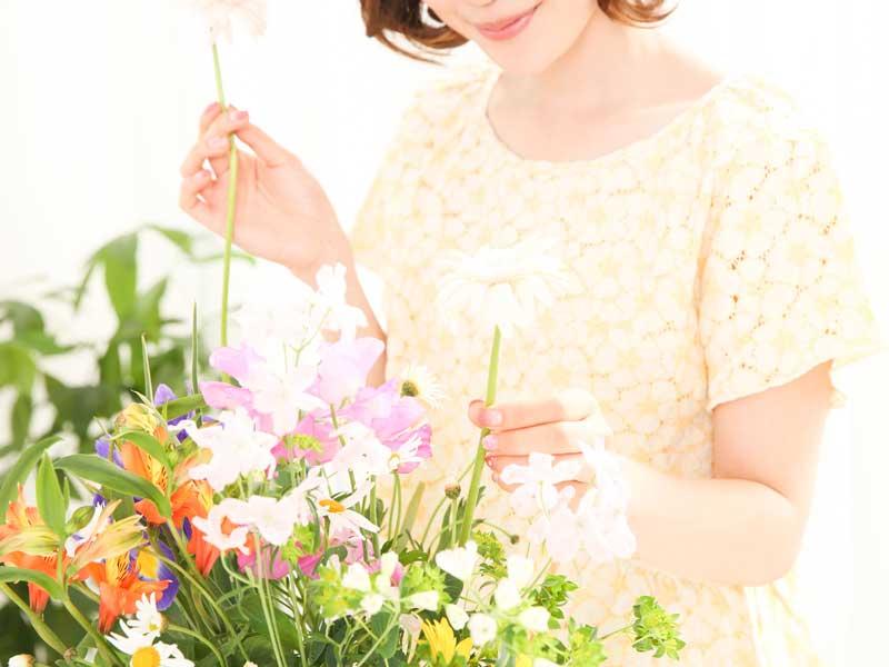 趣味で生け花をしているお母さん