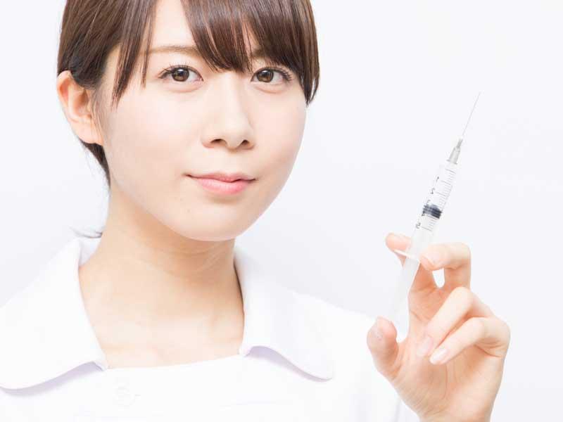 注射器を持つ看護婦さん