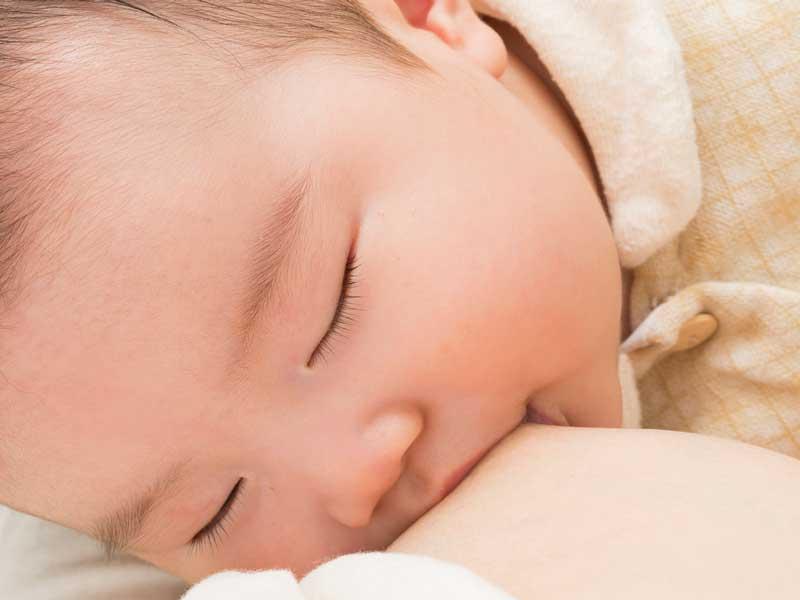 母乳を飲みながら寝ている赤ちゃん