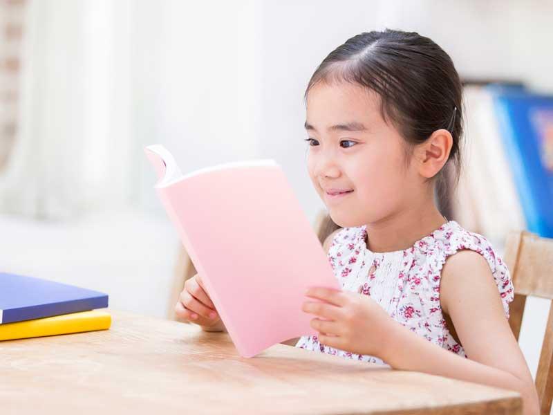 読書をしている女の子