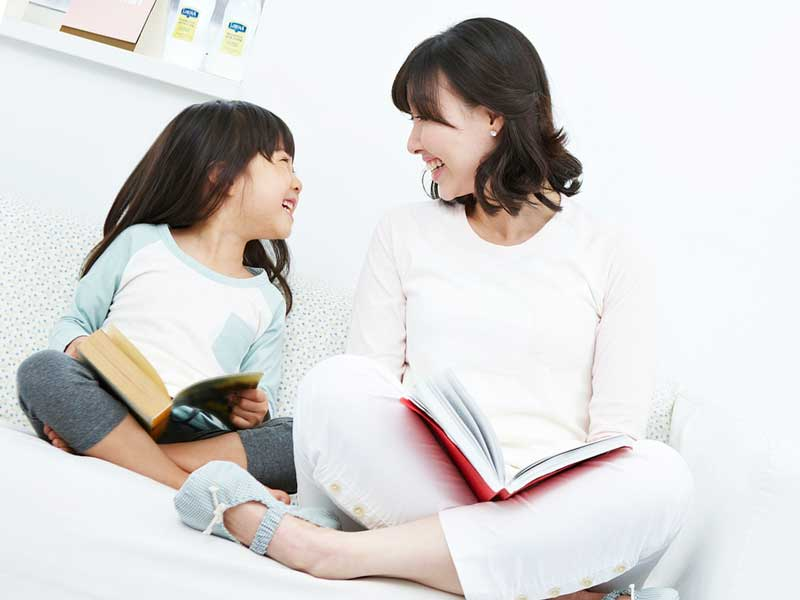 ママと読書する女の子