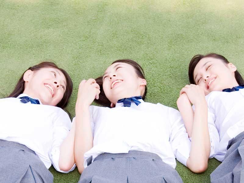 寝転がっている女子高生たち