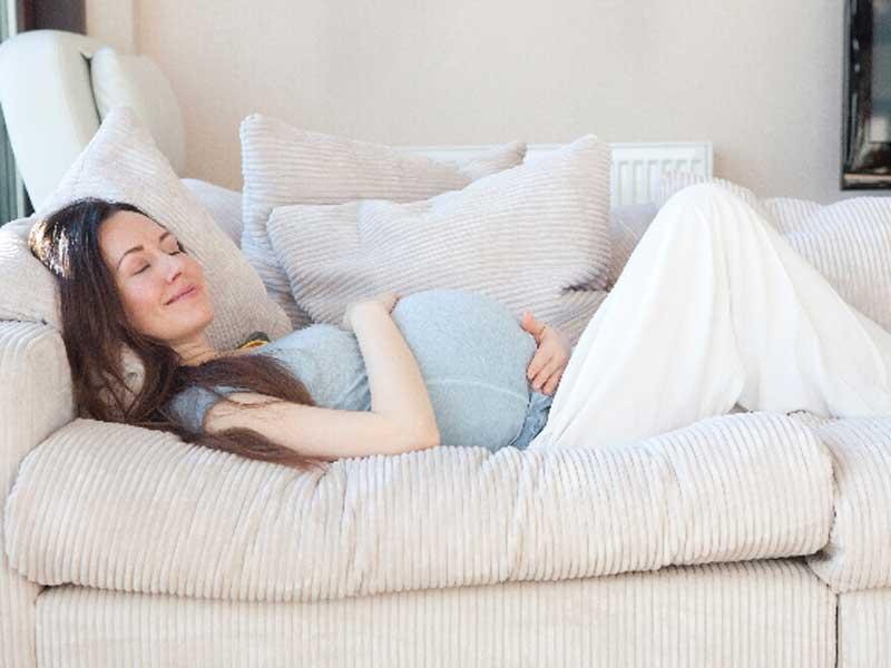 ソファーに横になって休んでいるお母さん