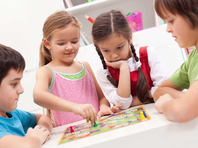 ボードゲームで遊ぶ子供達