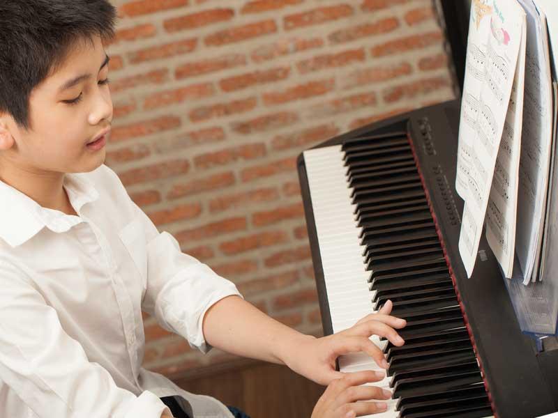 ピアノの伴奏をする男の子
