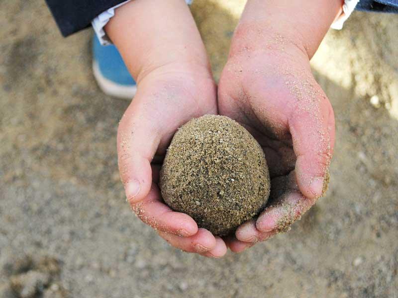 泥団子を作っている子供