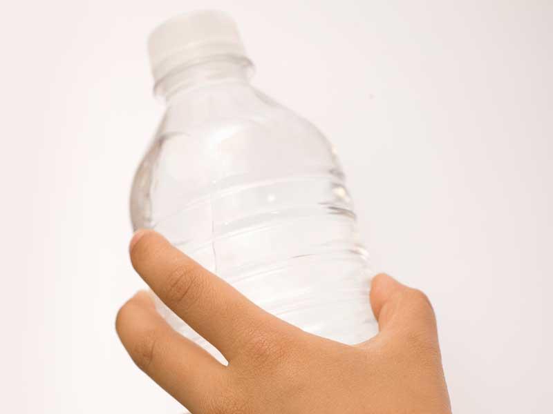 水を持つ子供の手