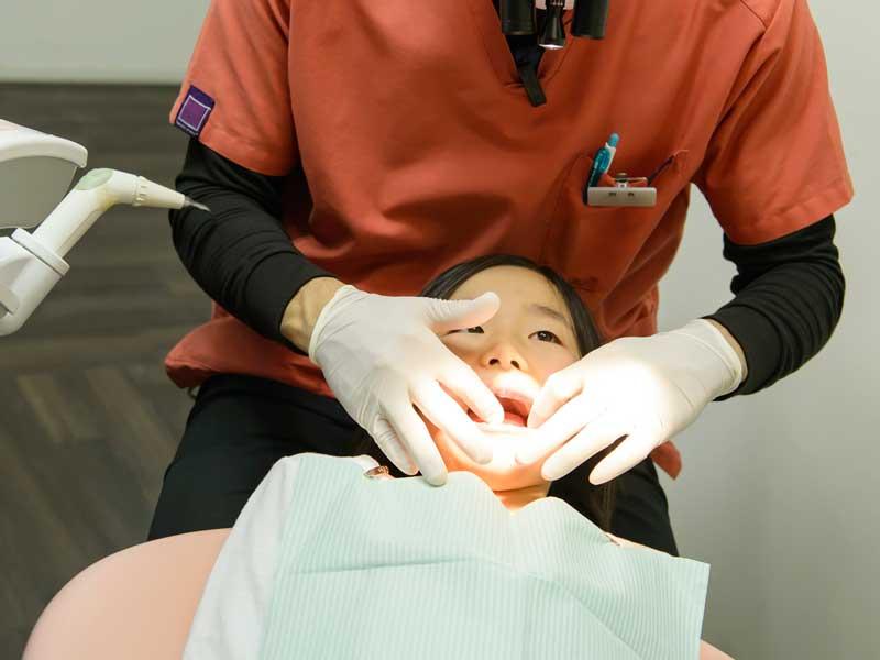 小児歯科で治療をする子供