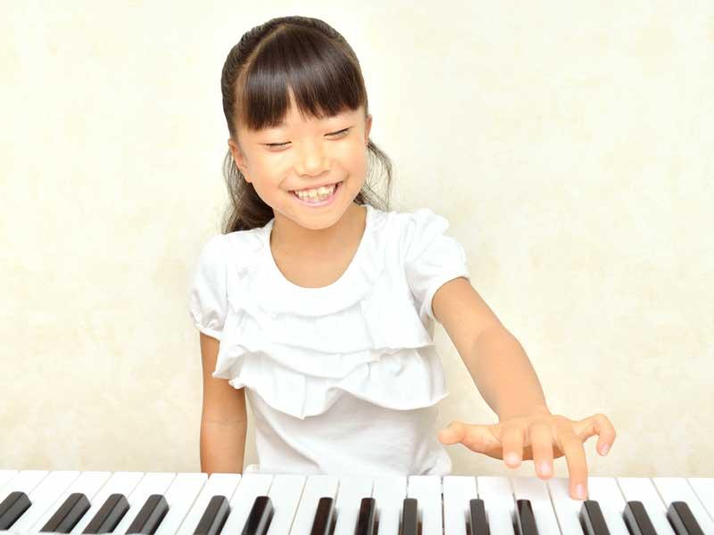ピアノの練習をしている女の子