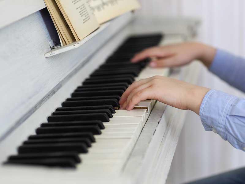 ピアノの発表会に出る男の子