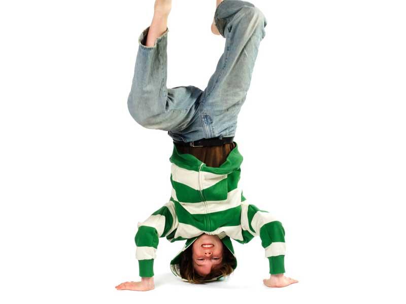 三点倒立の練習をしている男の子