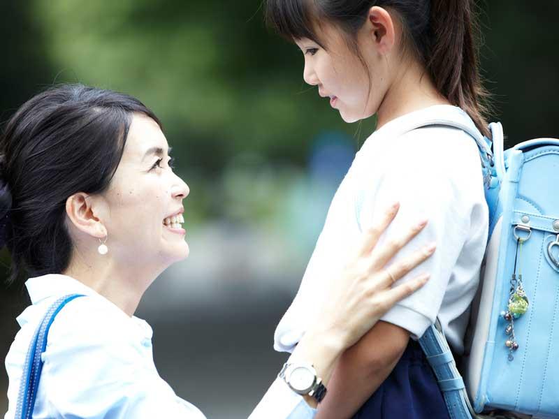 ランドセルを背負っている女の子とお母さん