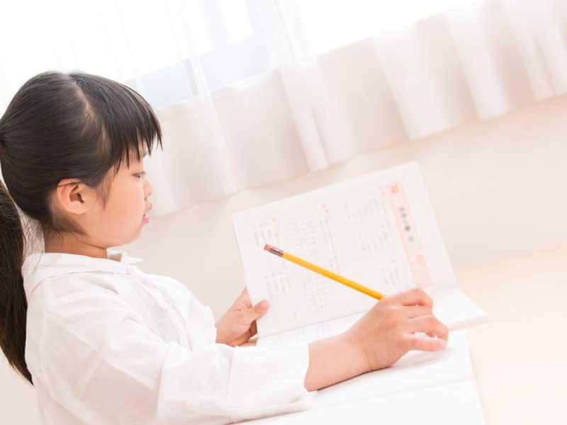 宿題をやっている女の子