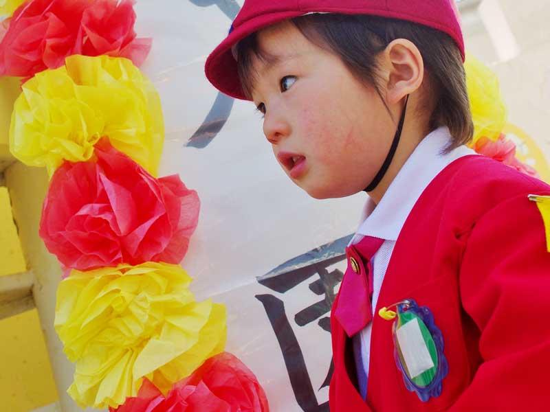 幼稚園の入園式に出る男の子