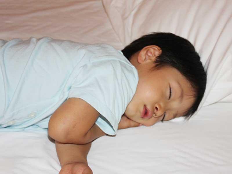 寝ている男の子