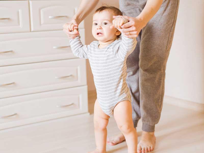 歩く練習する赤ちゃん