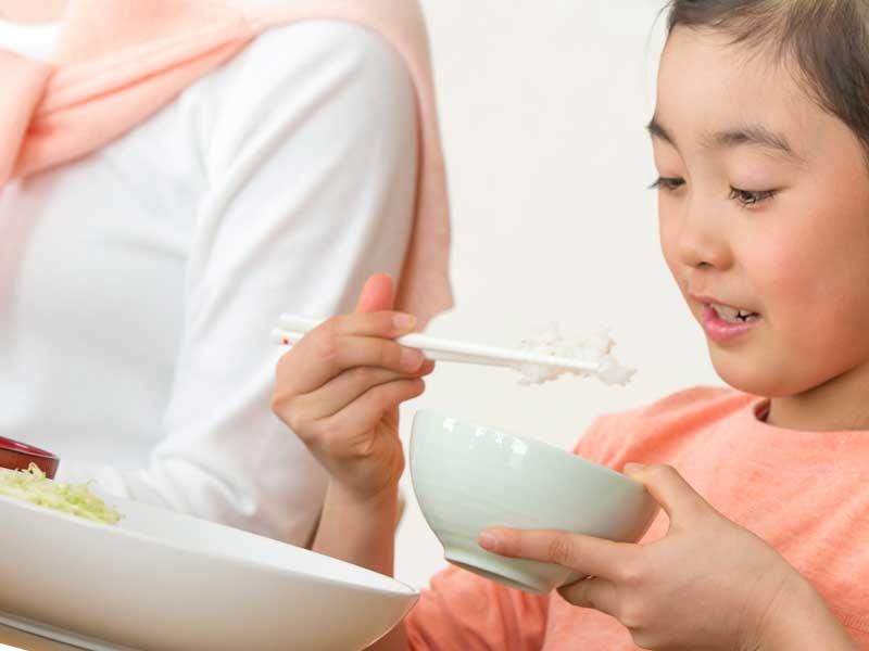 食事をしている子供