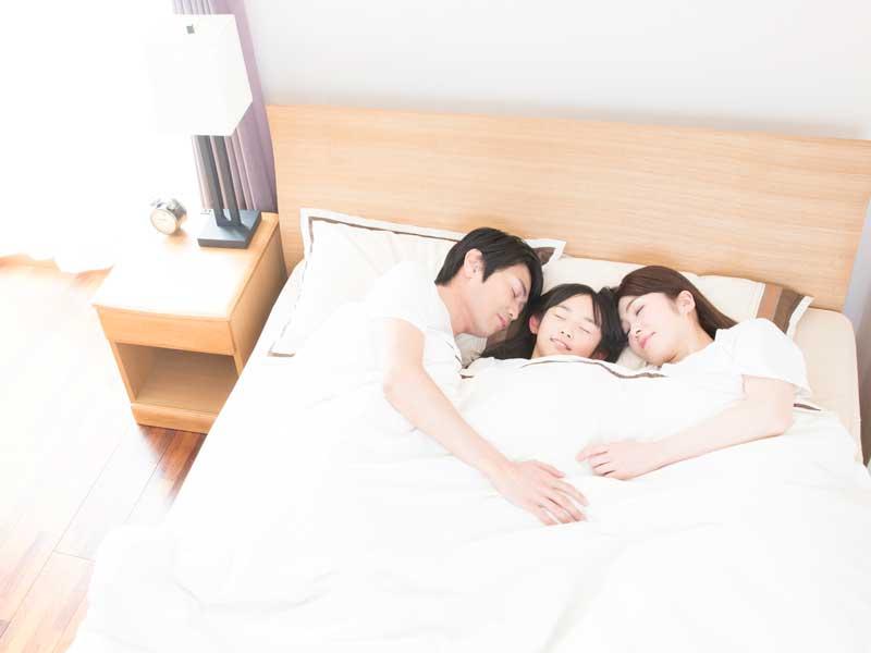 親と一緒に寝る子供