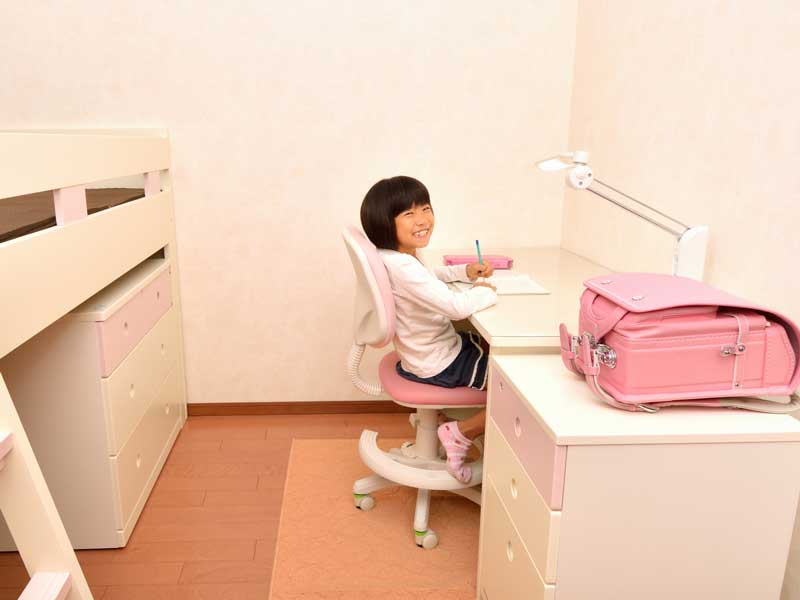 子供部屋で勉強をしている小学生